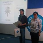 Enric Ballesteros, guanyador del II Premi de Treballs de Recerca, acompanyat per la vicepresidenta del Consorci, Neus Garcia.