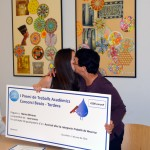 Neus Garcia fent entrega del premi a la Núria Moreno