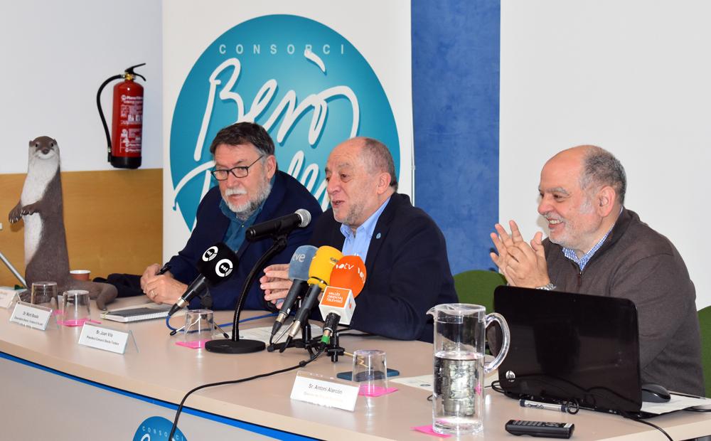 Martí Boada, Joan Vila i Antoni Alarcon durant la presentació i acompanyats per una la figura de la llúdriga pertanyent a l'exposició itinerant del Consorci.