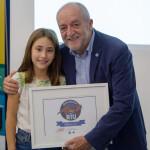 Joan Vila i Alèxia Marés amb mostrant el logotip del programa per al curs 2019-2020